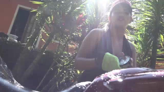 Brasileirinha Luna Oliveira lavando a moto nua