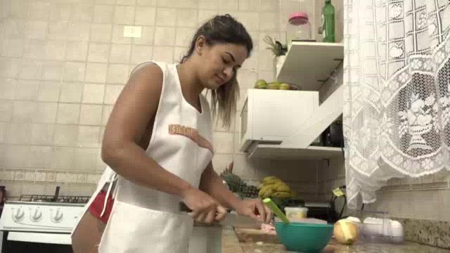 Luna Oliveira só de calcinha na CUzinha Master