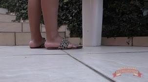 Nicole Araújo, gostosa lavando as suas lingeries na casa