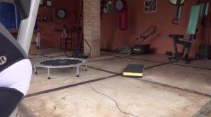Vídeo de Bibi Griffo malhando o bundão na academia