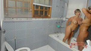Emanuelly Weber tomando banho com a Katharine Madrid