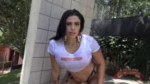 Atriz porno Cibele Pacheco na atividade de camiseta molhada