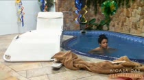 Relaxando na piscina da Casa das Brasileirinhas, veja Monique peladinha na água