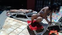Veja as ninfetas com micro biquínis na piscina da Casa