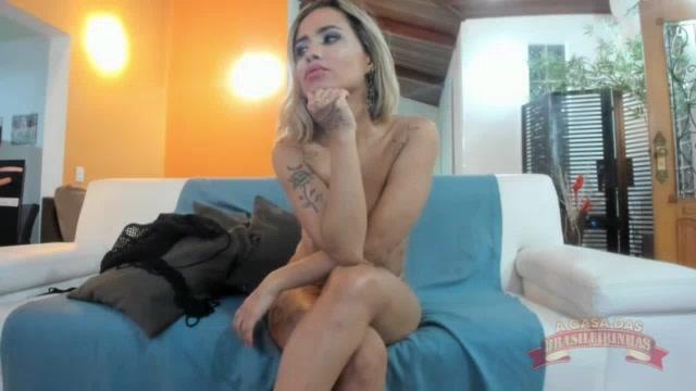 Izabela Pimenta mostrando os peitões no chat