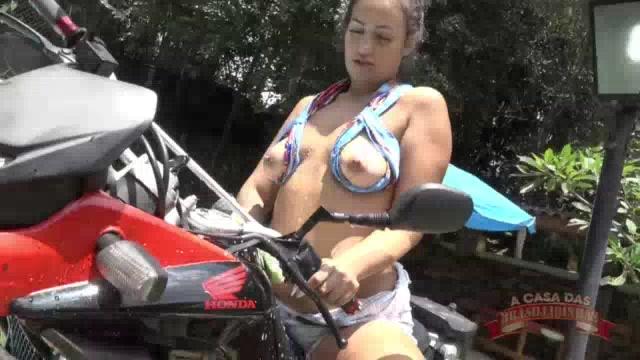 Gostosa rabuda lavando a moto e sensualizando