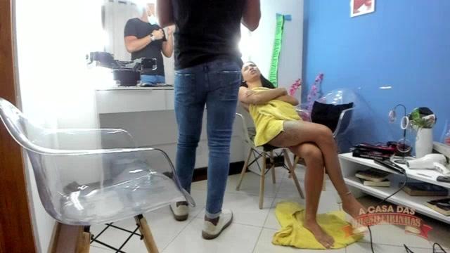 A morena Carol Fênix saiu do banho para a preparar a maquiagem