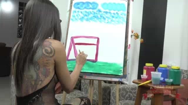 Atriz pornô Carol Fênix pintando todo o corpão gostoso na cena
