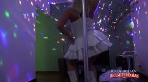 Emanuelly Weber loira gostosa dançando pole dance