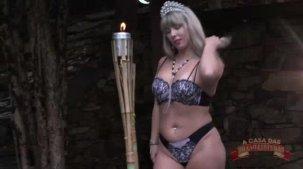 Atriz Emanuelly Weber pornô com a loira desfilando as lingeries