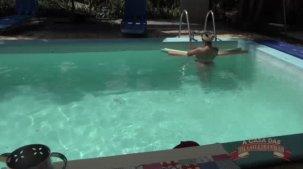 Wanessa Boyer gostosa se exibindo na piscina