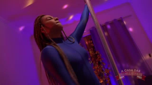 Gih Rocha dançou sensualmente no pole dance peladinha