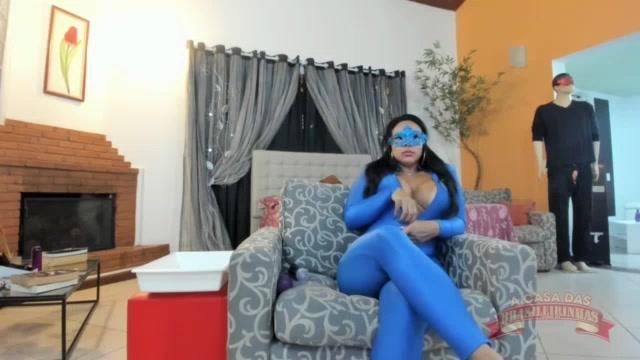 Pamela Santos dançou com macacão colado no chat