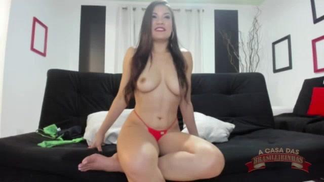 A atriz pornô maranhesse Taynar Torres mostrou os peitos no chat