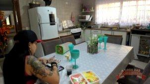 Vídeo de Elisa Sanches tomando café de calcinha fio dental