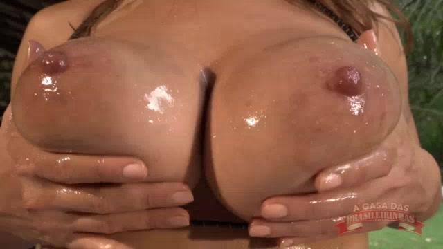 Larissa Leite lambuzada no óleo