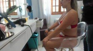 Emanuelly Weber se arumando para gravar cenas do filme pornô