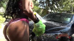 Yara Morganna peladinha lavando o carro