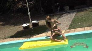 Melissa Marques gostosa nua na piscina