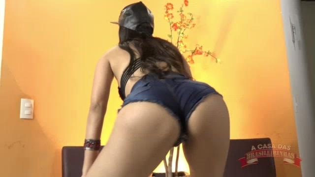 A atriz pornô Taynar Torres rebolo o rabetão ao som de funk
