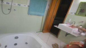 Vídeo de Elisa Sanches fazendo chuca e tomando banho