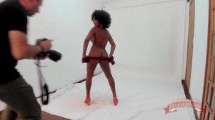 Assista ao making of do primeiro ensaio sensual da Agatha