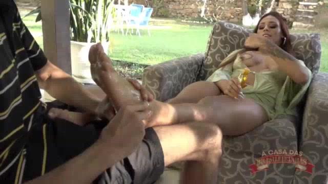 Marsha Love batendo uma punheta com os pés