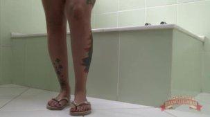 Elisa Sanches pelada na hidromassagem sensualizando