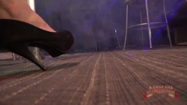 Denny Oliver sensualizando no pole dance ao vivo