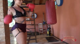 Oriental Vip gostosa na academia, lutando pelada