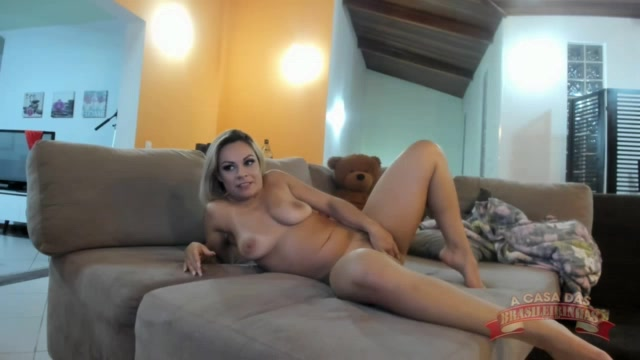 A atriz pornô Melissa Pitanga abrindo o rabão no chat