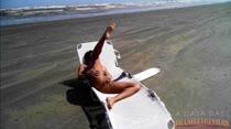 Ela não tem limite! Cappuccini tira a roupa e toca siririca na praia