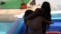 Ana Júlia e Karolyne ficam peladas no pega sabonete