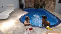 Duas gostosas nadando e tomando sol peladas na piscina