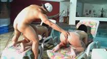 Ménage com duas morenas pega fogo em vídeo pornô