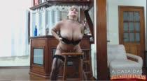 Cibelle Mancini rebola e fica pelada no show erótico!