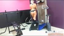 Não perca a loiraça Alexia Prado fazendo exercícios pelada