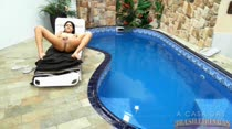 Hora da masturbação na piscina com Manuela