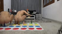 Holly e Brenda brincaram de Twister na Casa das Brasileirinhas