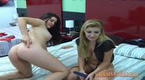 Mirela e Tessalia obedecendo os internautas, rola até tapa na bunda