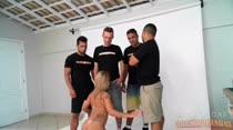 Mais um ensaio de fotos porno e Nicolle fica pelada com 4 homens!