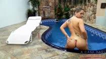Angel Lima se masturbando à beira da piscina