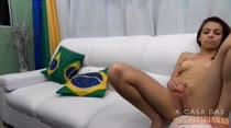 Nathasha se masturba na sala da Casa Das Brasileirinhas! Confira!