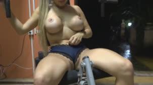 A pornstar Mia Linz malhando em ângulos que você só vê na Casa das Brasileirinhas