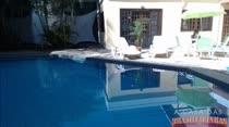 Nayra toma um sol bem gostoso na beira da piscina