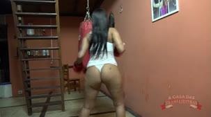 Lutadora gostosa de boxe, Amanda Souza luta peladinha na casa