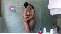 Morenas começam o último dia com um belo banho sensual