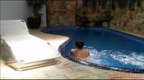 Morena ninfeta nadando pelada na piscina da casa