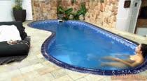 Nadando na piscina peladinha, essa é nossa Alessandra