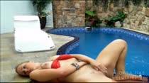 Maryana adora mostrar esse rabão gostoso na piscina
